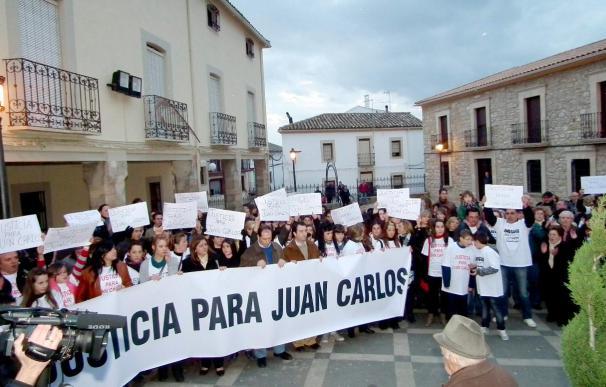Un centenar de personas se manifiesta en apoyo del joven acusado de malos tratos