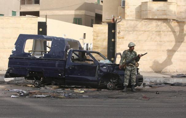 Los egipcios celebran la toma de Tahrir y aplauden la presencia del Ejército