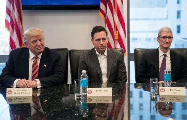 Donald Trump, Peter Thiel, presidente de Clarium Capital, y Tim Cook, CEO de Apple.