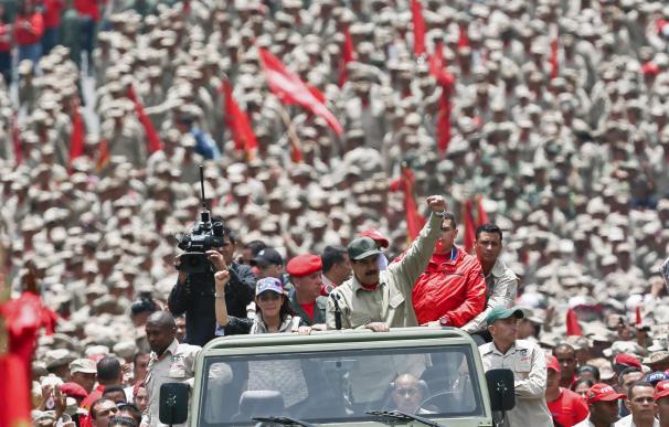 """Militares venezolanos prometen """"lealtad"""" a Maduro en vísperas de gran protesta"""