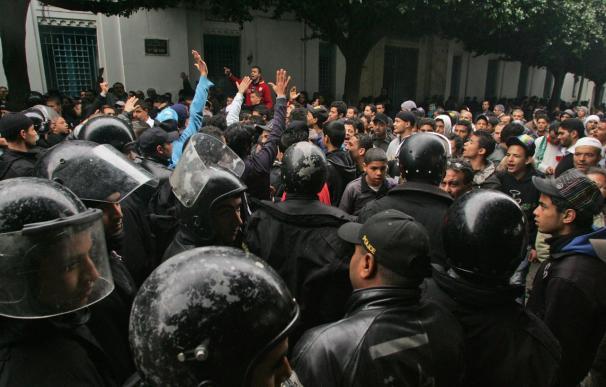 La calma regresa a Túnez aunque persiste la protesta ante sede del Gobierno