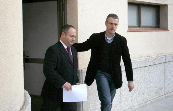 El alcalde de Cee abandona el Ayuntamiento bajo custodia policial
