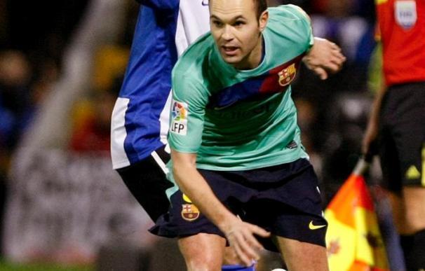 Iniesta, con un esguince en el hombro, duda para el partido de Copa del Barcelona ante el Almería