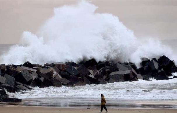 Nevadas de hasta 30 centímetros de espesor y olas de 6 metros en el norte peninsular, el temporal deja 30 provincias en alerta por nieve, lluvia, frío y viento