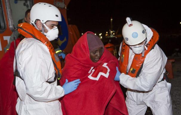 Llegan a Motril en buen estado los 22 inmigrantes rescatados de una patera