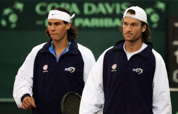Rafa Nadal y Carlos Moyá durante un entrenamiento previo a la final de la Copa Davis 2004