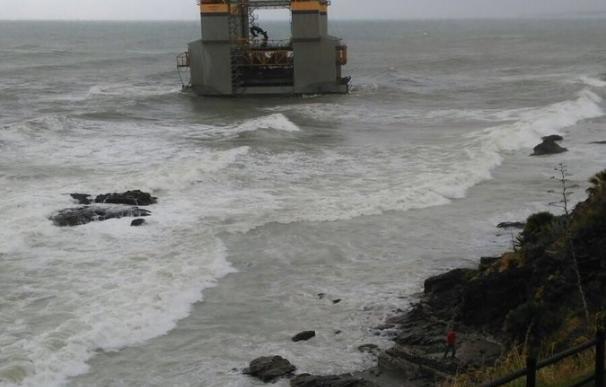 Una estructura marítima queda varada frente a la costa de Benalmádena (Málaga) por el fuerte oleaje