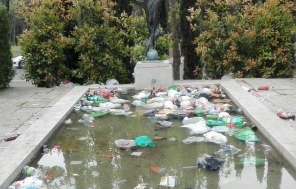 La Complutense amanece llena de basura tras la celebración de San Cemento