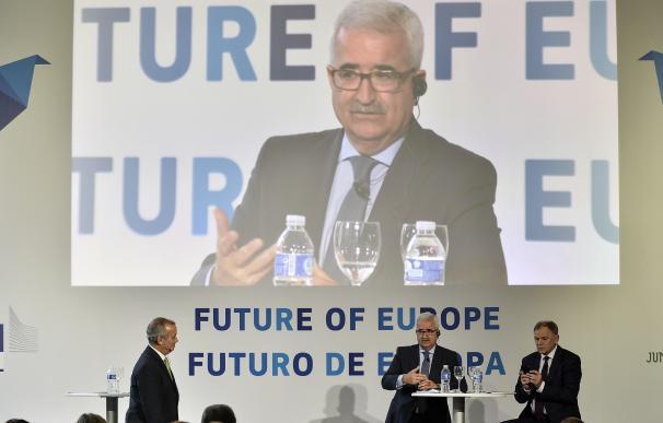 """Junta defiende su apuesta por """"más y mejor Europa"""" en un 'Diálogo Ciudadano' con el comisario europeo de Salud"""