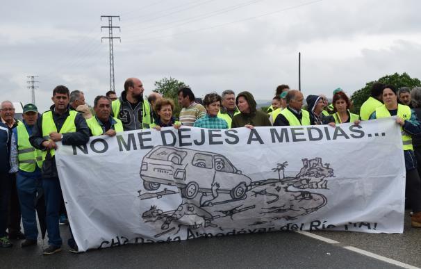 Vecinos de Almodóvar vuelven a cortar la A-431 para exigir el arreglo de la CH-2