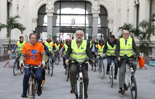 Un total de 300 alumnos holandeses y madrileños reivindican el uso de la bicicleta por el centro de la capital