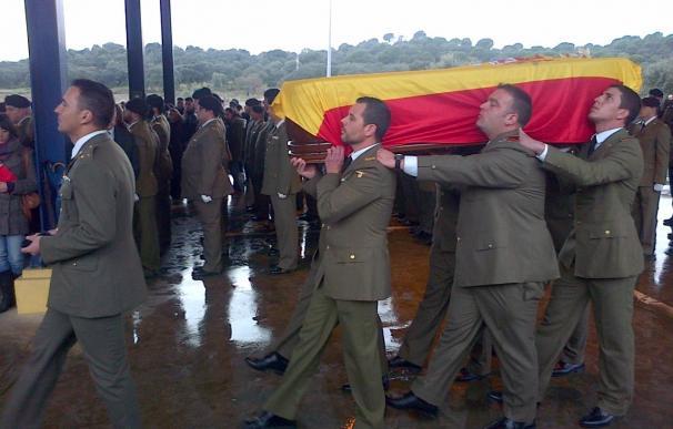 Los compañeros del cabo fallecido en Líbano arropan a la familia en el funeral en la base de Cerro Muriano (Córdoba)