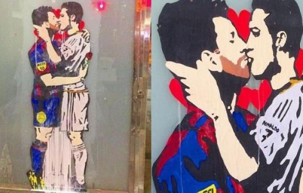 El grafiti de Ronaldo y Messi besándose en Barcelona.