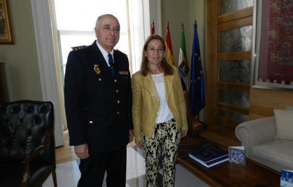 La alcadesa de Cáceres recibe al nuevo comisario provincial de la Policía Nacional