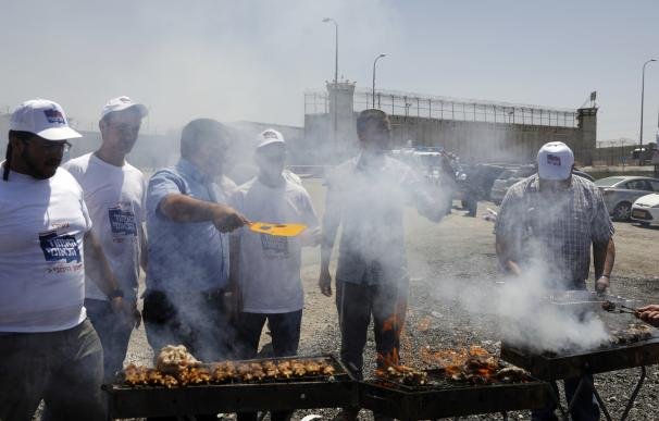 Ultras israelíes hacen una barbacoa junto a una prisión en la que hay palestinos en huelga de hambre