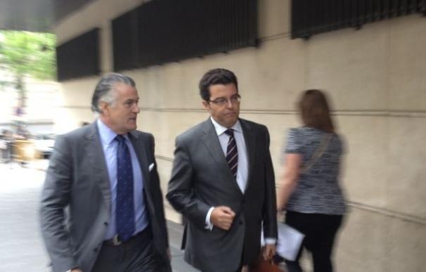 El ex tesorero del PP, Luis Bárcenas, se encamina junto a su abogado a la Audencia Nacional.