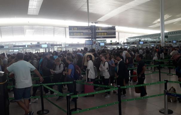 El Aeropuerto de El Prat registra colas intermitentes de hasta más de una hora por la mañana