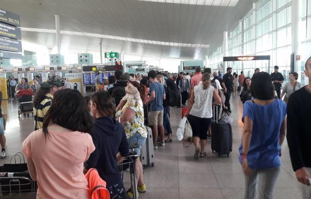 Colas de más de una hora en el Aeropuerto de Barcelona-El Prat