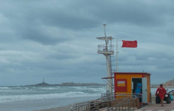 Denuncian en Cartagena a dos bañistas por meterse en la playa con bandera roja