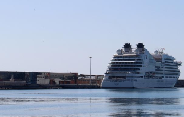El puerto de Málaga recibe por primera vez al crucero Seabourn Encore