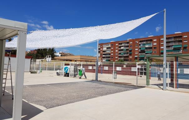 El Ayuntamiento instala en el CEIP 103 un toldo desmontable que ofrece zona de sombra en 70 metros cuadrados
