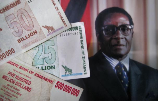 Una foto del presidente de Zimbabue, Robert Mugabe , y varios billetes del país. Getty Images