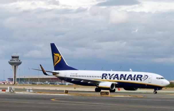 """Ryanair dice que en cuanto las autoridades aeronáuticas declaren seguro volar de pie, """"tardará una semana"""" en aplicarlo"""