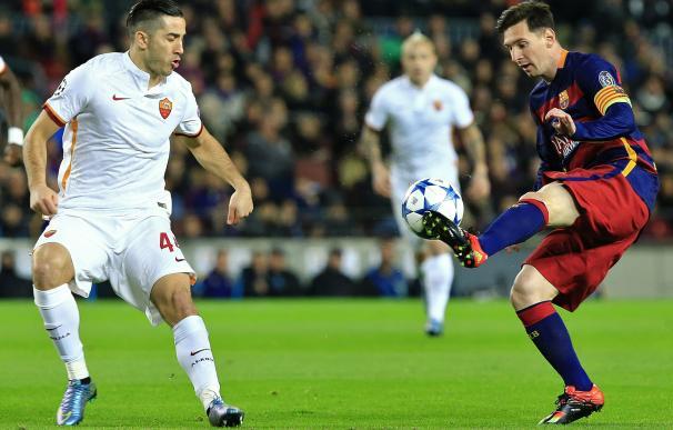 Barcelona's Argentinian forward Lionel Messi (R) v