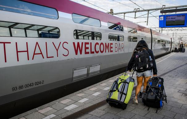 A passenger makes her way to board a Thalys train