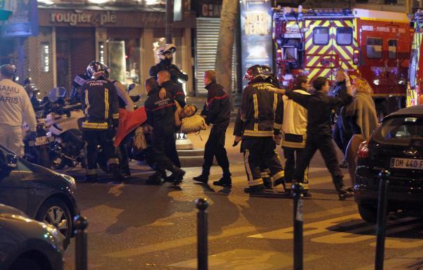 Explosiones, tiroteos y rehenes en varios atentados simultáneos siembran el caos en París