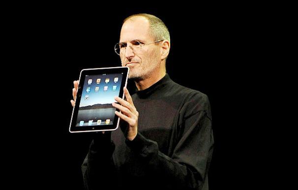 Steve Jobs sostiene la iPad en la manos - EFE
