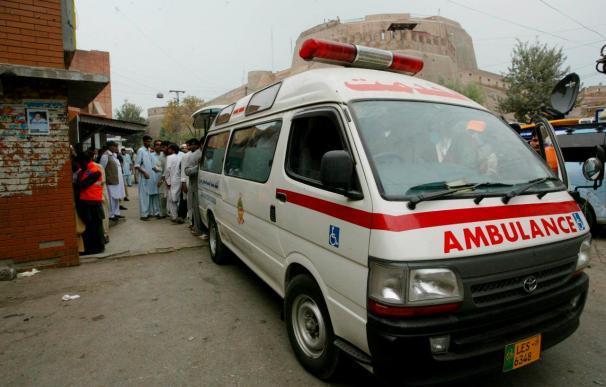 Mueren once niños al colisionar un vehículo escolar con un tren en Pakistán