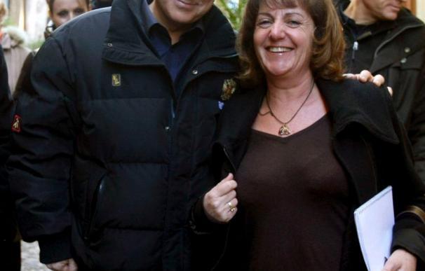 Berlusconi aparece por primera vez en público sin vendas en el rostro