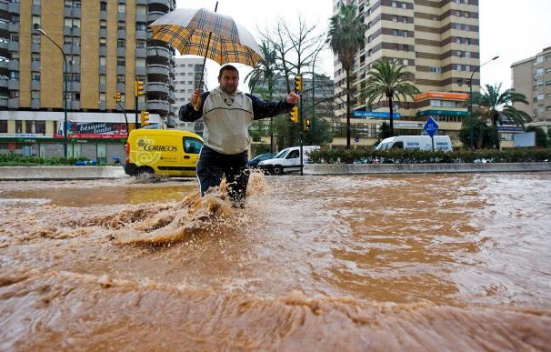 Más de un centenar de incidencias en una hora por una tromba de agua en Málaga