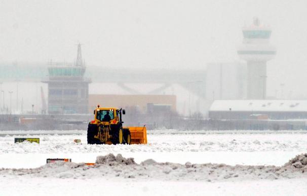 Cancelaciones de vuelos y cierre de escuelas por la nieve en el Reino Unido