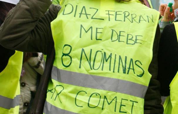 Medio centenar de trabajadores de Air Comet se concentran frente a la CEOE