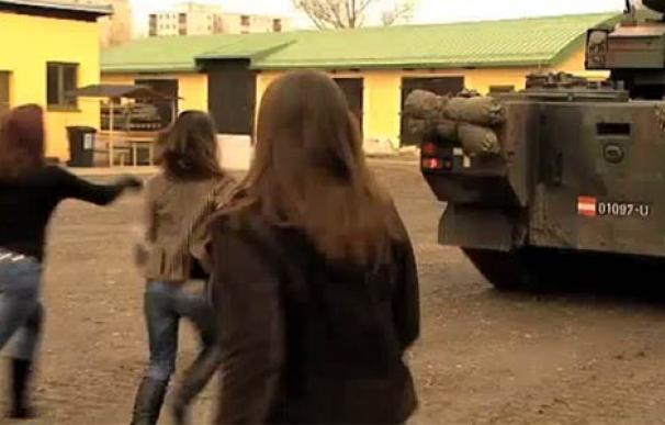 Las mujeres persiguen entusiasmadas un tanque del Ejército austriaco