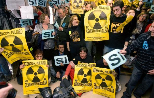 Dos ayuntamientos debatirán concursar al almacén de residuos nucleares