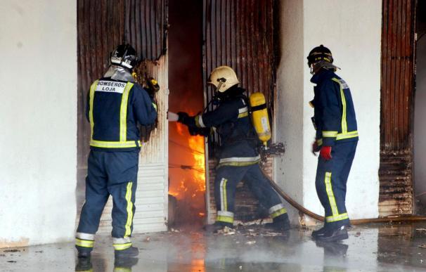Cuarenta personas desalojadas por un incendio en un garaje en Motril (Granada)