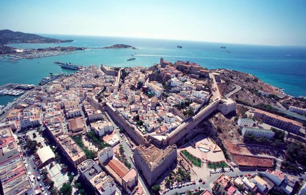 La Guardia Civil rescata por mar el cadáver de un hombre hallado en un acantilado de Ibiza