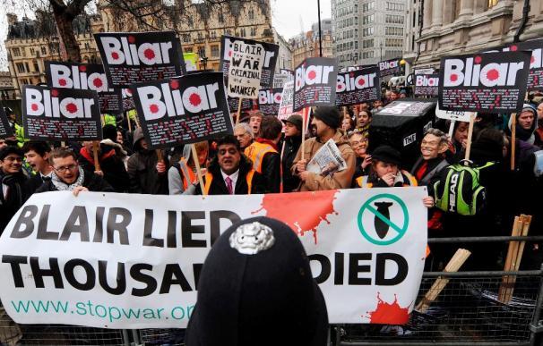 "Manifestantes con manos ""ensangrentadas"" acusan a Blair de mentiroso"