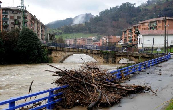 Las intensas lluvias y la pleamar provocan el desbordamiento de ríos y cortes de carretera