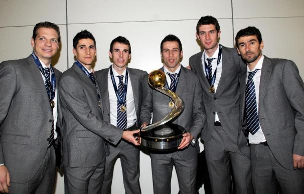 La selección española de fútbol sala llega a Madrid aclamada por familiares