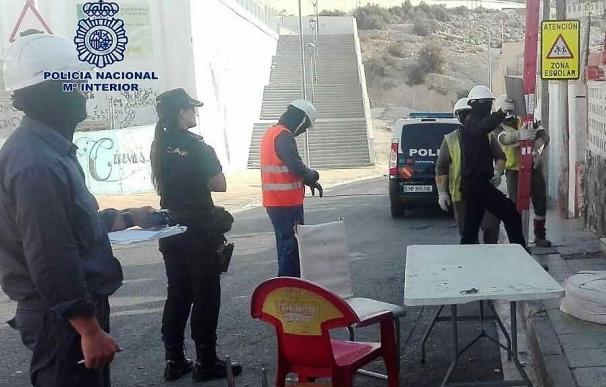 Intervienen 40 enganches ilegales a la red eléctrica en el barrio almeriense de Pescadería