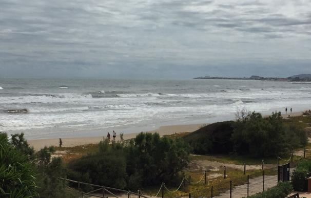 El temporal arrasa la playa de Les Deveses en Dénia y obliga a cerrar la cala de La Granadella en Xàbia