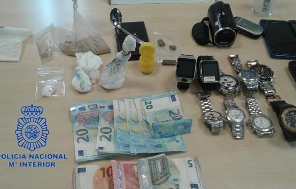 Detenida una pareja por vender heroína y cocaína antes de que la mujer tirara la droga por el váter