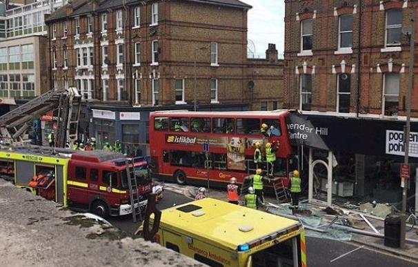 Se empotra contra una tienda de Londres un autobús de dos plantas