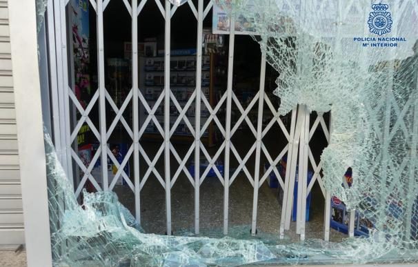 Detienen a 3 jóvenes y buscan a otro al intentar robar en un centro comercial de Toledo mediante alunizaje