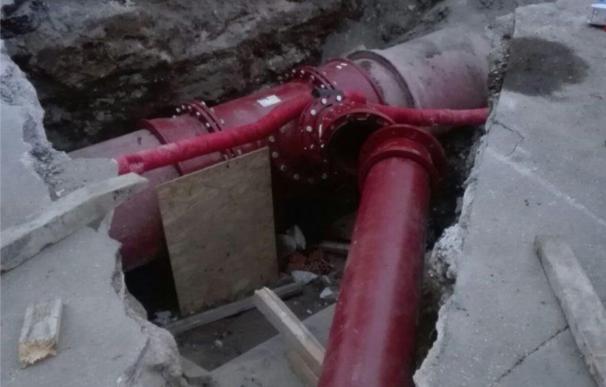 """De la Torre insiste en que """"necesariamente"""" hay que ir al canon de agua para abordar obras de Emasa"""