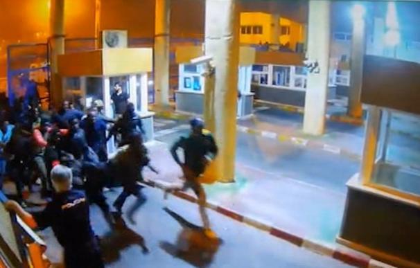 Marruecos frena varios saltos a la valla de Ceuta en la primera noche con todos los antidisturbios en alerta